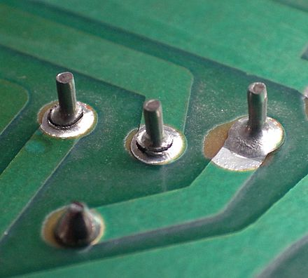 Broken solder joints on a circuit board Gebrochene loetstellen.jpg