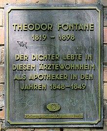 Gedenktafel am Haus Mariannenplatz 1–3 in Berlin-Kreuzberg (Quelle: Wikimedia)