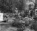 Generaal Gruenther, met echtgenote, bezoekt Keukenhof, in gezelschap van ministe, Bestanddeelnr 906-4632.jpg