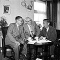 Gerard de Jong in gesprek met Ynse Postma en de fotograaf Willem van de Poll. Aa, Bestanddeelnr 254-3340.jpg