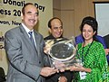 Ghulam Nabi Azad felicitated the Organ Donors, at the inauguration of the 6th World and 1st ever Indian 'Organ Donation Day' and Organ Donation Congress 2010, in New Delhi on November 27, 2010.jpg