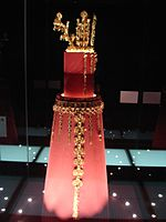 Gold crown from Hwangnam Daechong.jpg