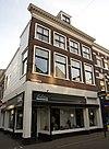 foto van Hoekpand Kruisstraat. Schilddak met dakvenster. Lijstgevel met zeer fraai gesneden lijst