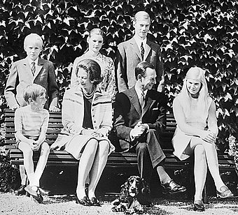The Grand Ducal couple with their children (July 1971) Groothertogelijk paar van Luxemburg met kinderen in 1971, Bestanddeelnr 924-6941-crop.jpg