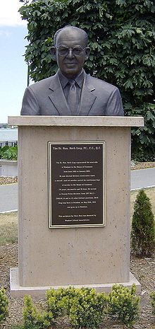 Herb Gray statue, Windsor, ON.jpg