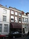 foto van Huis onder schilddak en met lijstgevel in schoon metselwerk, waarin segmentvormig overtoogde vensters