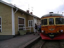 Hjältevads station langs med Bukkebanen, 2009.   Ældre skinnebus uden for normal trafik.