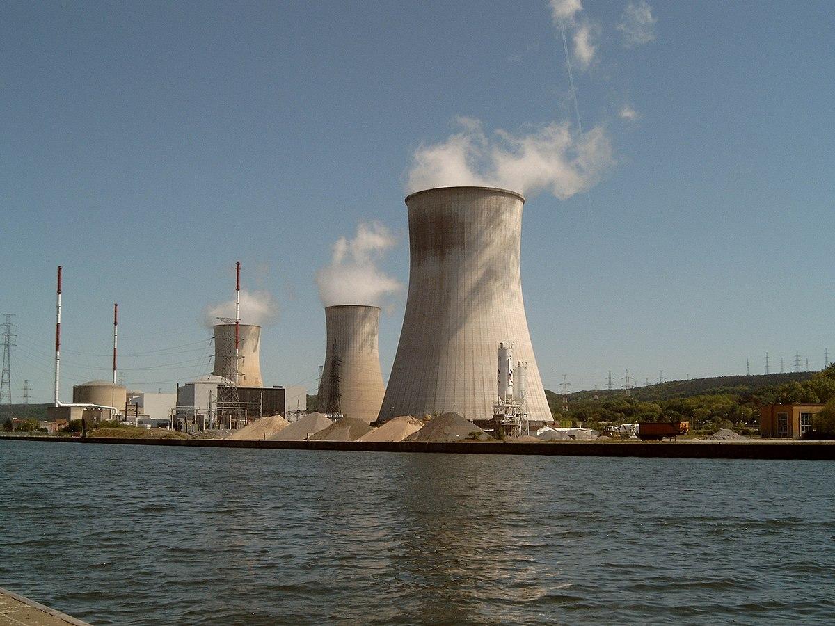 Blick auf das Kernkraftwerk Tihange mit seinen Kühltürmen