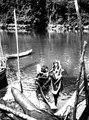 Indianer som varit och fiskat med flerspetsiga spjut. Erh, från Erland Nordenskiöld 1928 - SMVK - 004042.tif