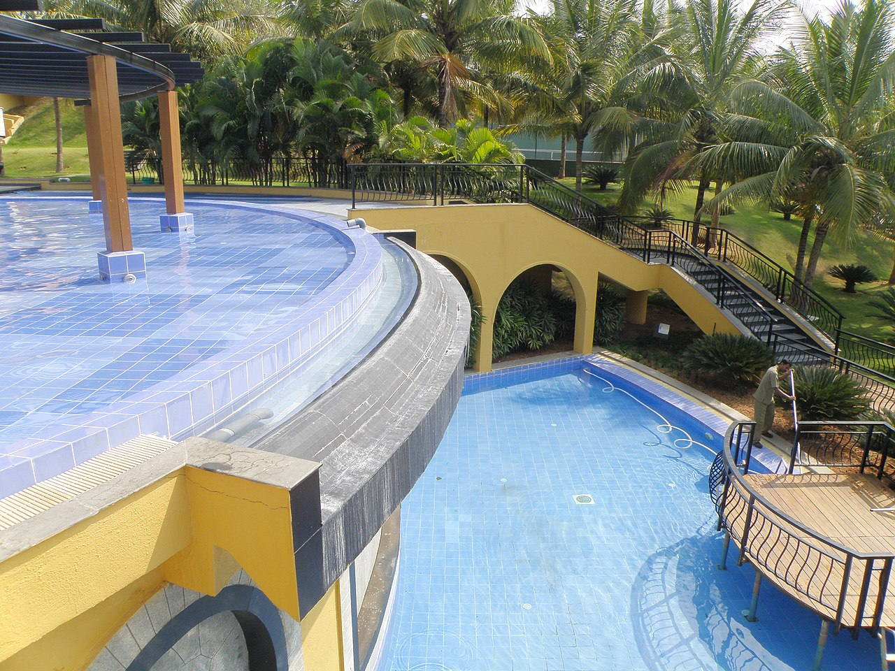 File:Infinity edge of the swimming pool in Infosys Mysore.JPG