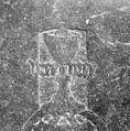 Interieur, grafzerk in koor, detail afbeelding kelk boven wapenschild, in midden van priesterzerk - Reeuwijk - 20374728 - RCE.jpg