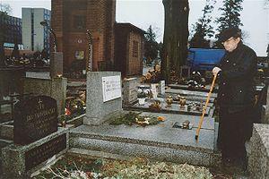 ks. Jan Twardowski, odwiedzający grób swoich rodziców, Katowice, cmentarz przy ul. Sienkiewicza, marzec 2000 r.
