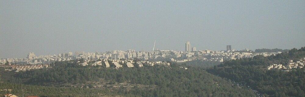 תצפית לכיוון הכניסה אל ירושלים מאזור אבו גוש. גשר המיתרים שולח את אצבעו אל הרקיע. מימינו של הגשר מלון קראון פלזה ובסמוך לו מגדל העיר. מימינו של מגדל העיר בולט מגדל דונה בכחול ולבן.