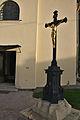 Kříž před kostelem Povýšení svatého Kříže, Benešov, okres Blansko (04).jpg