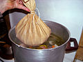 Kig-ha-farz sac de farine dans pot-au-feu.jpg