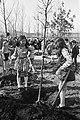 Kinderen van de International School of Amsterdam planten bomen op de Floriade, Bestanddeelnr 925-4766.jpg