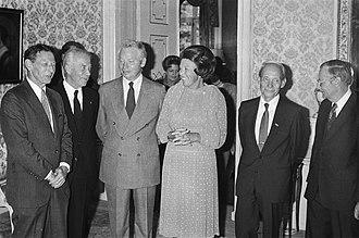 Christian de Duve - Dutch Queen Beatrix meets 5 Nobel Prize winners: Paul Berg, Christian de Duve, Steven Weinberg, Manfred Eigen, Nicolaas Bloembergen (1983)