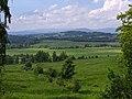 Kozinec (608 m) - pohled ze severního úbočí vrchu k severu, do okolí Studence (1).jpg