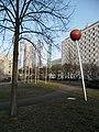 Kugelplastik vor Bettenhochhaus Maximiliansplatz Erlangen 02.JPG