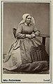 Kvinna poserar i en sockendräkt. Från Saxtorp, Harjagers härad i Skåne - Nordiska Museet - NMA.0042843.jpg