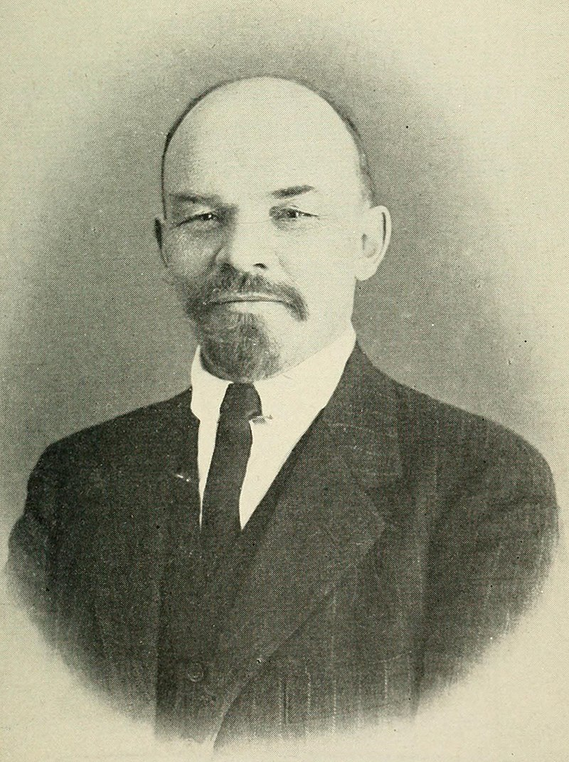 800px-Lenin_in_Z%C3%BCrich_on_March_1916