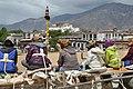 Lhasa - Jokhang Monastery - ženy opravující střechu - panoramio.jpg