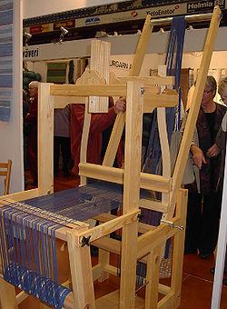 Hopfällbar vävstol från Öxabäck för åtta skaft och kontramarsch samt pådragningsknekt.