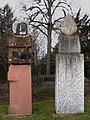 Lorenz Balmer (1916–2004), Helene Balmer (1924), Frau mit Weihgabe und Wächter, 1993, Friedhof am Hörnli, Basel.jpg