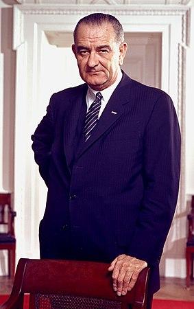 https://upload.wikimedia.org/wikipedia/commons/thumb/7/72/Lyndon_B._Johnson%2C_photo_portrait%2C_leaning_on_chair%2C_color_cropped.jpg/283px-Lyndon_B._Johnson%2C_photo_portrait%2C_leaning_on_chair%2C_color_cropped.jpg