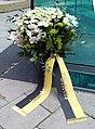 München, Blumengebinde am Kurt-Eisner-Denkmal 2019, 1.jpeg