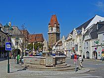 Marktplatz, Blick auf den Wehrturm, Perchtoldsdorf.jpg