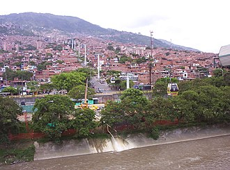 Metrocable (Medellín) - View of the metrocable crossing a river
