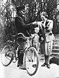 Mevrouw Goering ontvangt brieven van haar man, Bestanddeelnr 901-7671.jpg