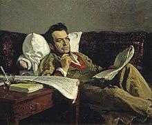 Un hombre de mediana edad con un abrigo de color claro, reclinado en un sofá, mirando pensativamente al espacio con un bolígrafo y papel musical.