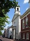 foto van Kerk met neoclassicistische statige façade en stoeppalen