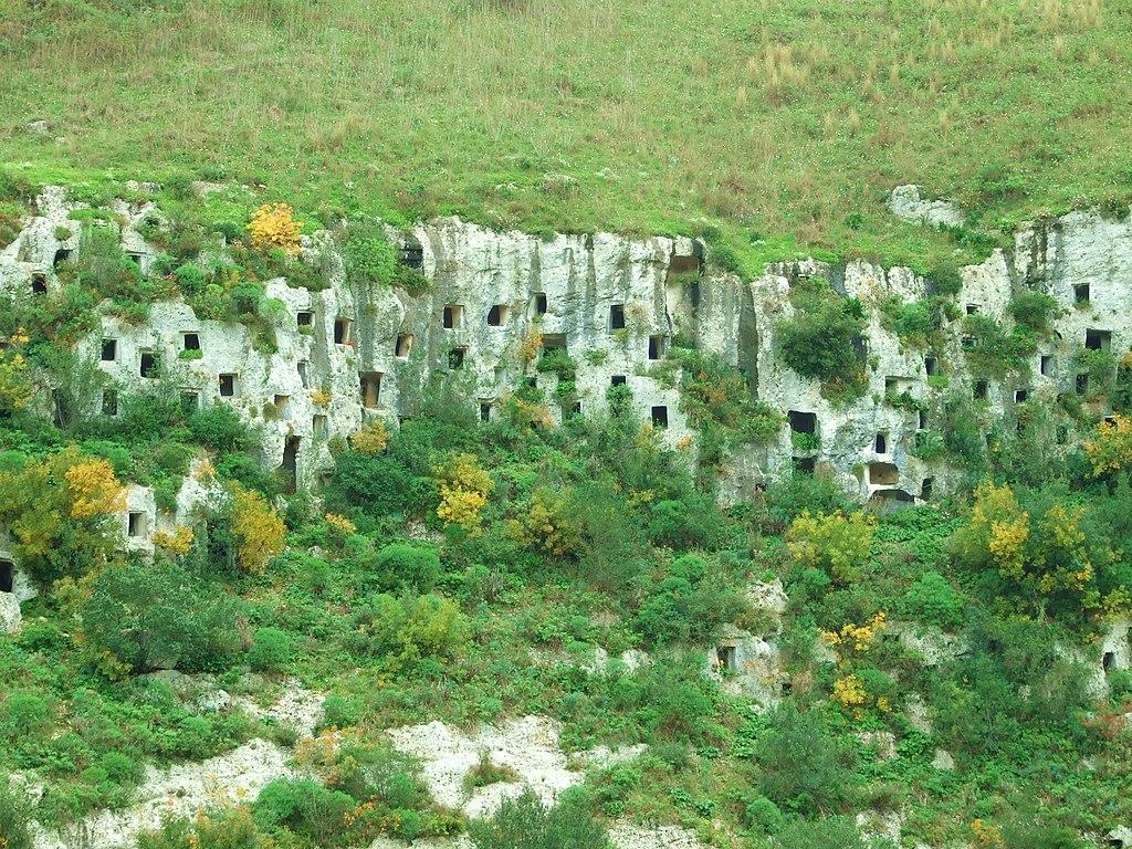 Necropoli Pantalica, architettura funeraria rupestre - Necropolis Pantalica, funerary architecture rock - panoramio