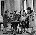 Op de trappen van de Madeleine zoeken kerkgangers geschikte gewijde palmtakken u, Bestanddeelnr 254-0525.jpg