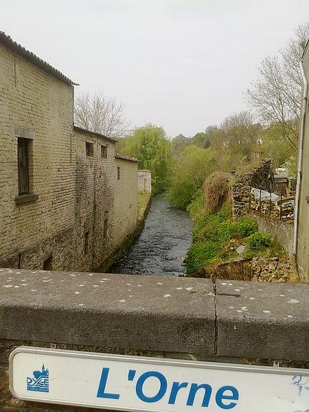 La rivière Orne à Mont St Guibert, pont de la rue des tilleuls, vers l'aval.