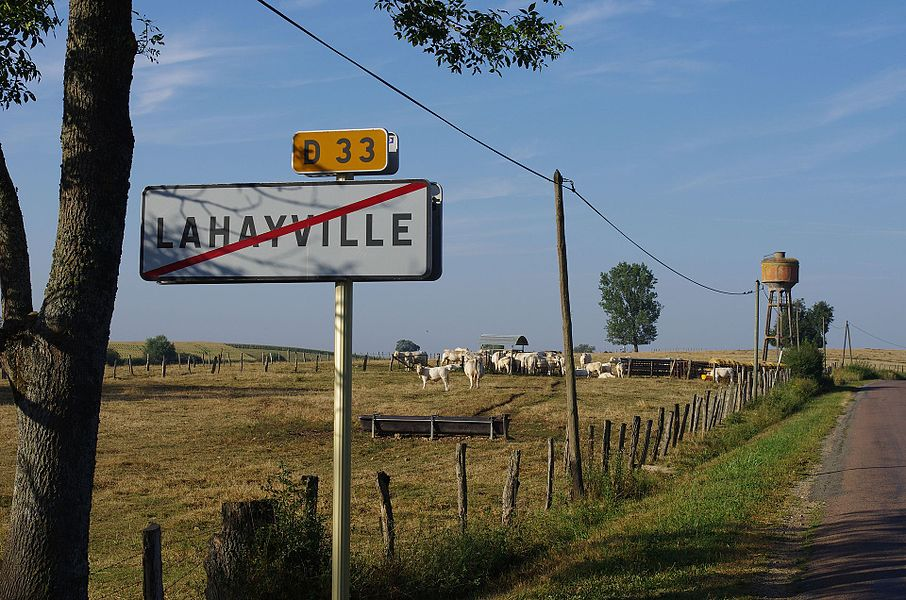 Lahayville im Department Meuse in Lothringen. Die D33 in Richtung Westen.