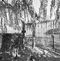 Overzicht gedeelte toegangshek met geopende deur, van binnenuit - Wissenkerke - 20352695 - RCE.jpg