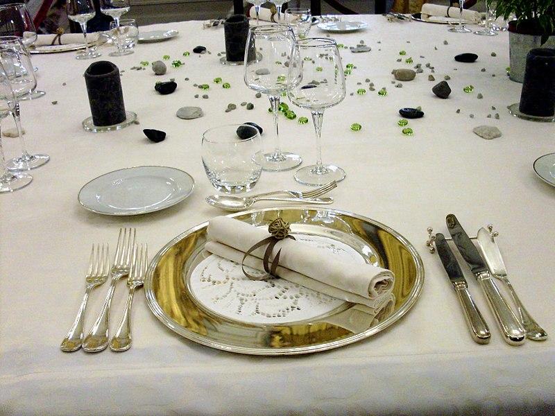 File palais niel couverts jpg wikimedia commons - Placer les verres sur une table ...