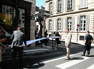 DADVSI - Unrolling of the signature list near the offices of the French Prime Minister