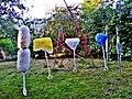 Pedro Meier Skulpturen »Work in Progress« 2016-2017, (Vlies, Stoff, Fasern, Draht, Holz, Chromstahl, Farbe) im Hintergrund »Mikado-Skulptur in ROT«, Skulpturenpark Gerhard Meier-Weg Niederbipp. Foto © Pedro Meier Multimedia Artist.jpg