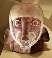 Perù, moche, contenitore in ceramica a forma di volpe soprannaturale con elmo da guerra, 100-800 ca., dalla regione di ancash.jpg