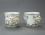Porslin. Blomkrukor, två stycken, med ansikten och gulddekor - Hallwylska museet - 89166.tif
