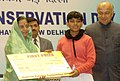 Pratibha Devisingh Patil presenting the first prize to Ms. Aritra Sahoo for the National Painting Competition Awards on the occasion of National Energy Conservation Day celebrations in New Delhi on December 14, 2007.jpg