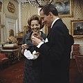 Prinses Beatrix en prins Claus krijgen geschenk aangeboden, Bestanddeelnr 254-7525.jpg