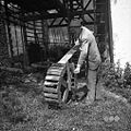 Raspet Jože kaže kako krivi na kolesu obode. Zakriž 1954.jpg