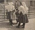 Raupp Děvčata z Boršova před kostelem v Kyjově.jpg