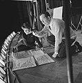 Repetitie Wim Kan voor zijn oudejaarsprogramma, Wim Kan met levensgroot spiekbr, Bestanddeelnr 911-9266.jpg